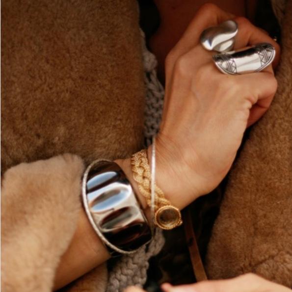 Dallas Jewelry darf NIEMALS ohne Pelz getragen werden - vorzugsweise mit grünem Pelz (danke Yves Saint Laurent!)